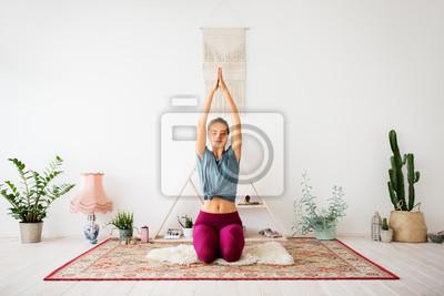 Tapeta uważność, duchowość i pojęcie zdrowego stylu życia - kobieta medytuje w studio jogi
