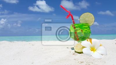 V01195 Malediwy piękne tło plaży biały piasek tropikalny raj wyspa z błękitnego nieba wody morskiej oceanu 4k koktajl napoju zielony