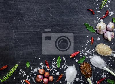 Tapeta Widok z góry na składniki żywności i przyprawy na stole, składniki i przyprawy na ciemnej podłodze drewnianej, tajskie ostre składniki z chili, czosnek, cukier, sól, ziele