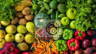 Tapeta Widok z góry różne świeże owoce i warzywa organiczne dla zdrowego stylu życia, wiele surowych produktów do jedzenia zdrowego i diety