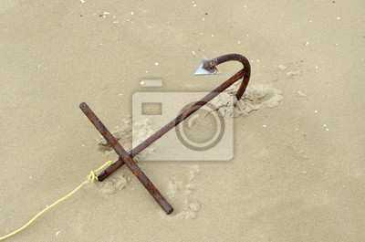 wielka kotwica na piasku plaży