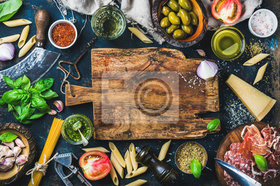 Tapeta Włoski gotowania składników żywności na ciemnym tle z tamtejsze drewnianą deskę w centrum, widok z góry, skopiować miejsca
