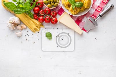 Tapeta Włoskie potrawy i składniki na białym betonowym stole. Spaghetti Tagliatelle oliwki oliwy z oliwek pomidory czosnek parmezanowy pieprz i liść bazylii i szachownicę obrus.