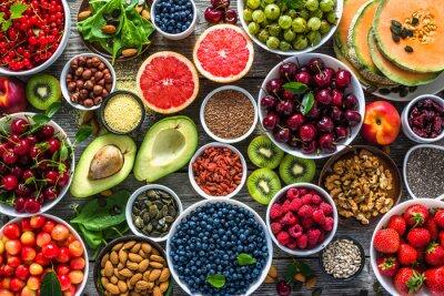Tapeta Wybór zdrowej żywności. Pożywienie, różne owoce i różne jagody, orzechy i nasiona.
