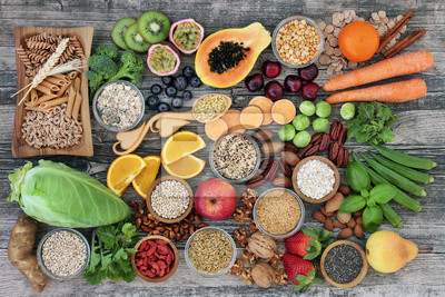 Tapeta Wysoka koncepcja zdrowej diety błonnikowej z owocami, warzywami, makaronem z całych pszenicy, roślinami strączkowymi, zbożami, orzechami i nasionami o wysokiej zawartości kwasów omega 3, przeciwutleni