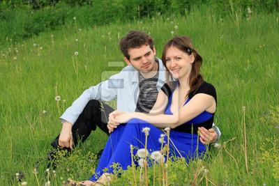 Парень и девушка с полевым цветком в волосах