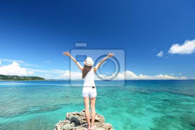 Tapeta 南国 沖縄 の 美しい ビーチ と 女性