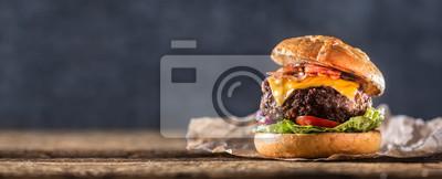 Tapeta Zakończenie domowy robić wołowina hamburger na drewnianym stole