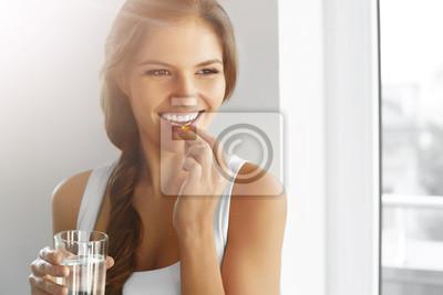 Tapeta Zdrowa dieta. Odżywianie. Witamin. Zdrowego odżywiania, stylu życia. Kobieta Z Fish Oil Capsules.