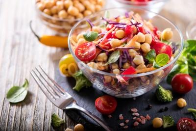 Tapeta Zdrowa domowej roboty sałatka z ciecierzycy i warzyw, dieta, wegetariańska, wegetariańska, witamina przekąska