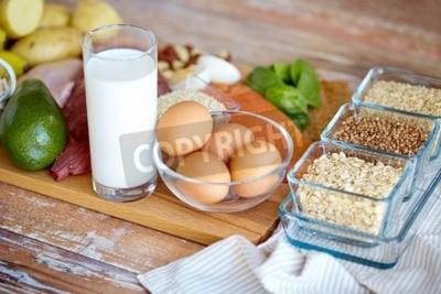 Tapeta Zrównoważona dieta, gotowanie, kulinarne i jedzenie koncepcji - bliska jaj, zbóż i szklankę mleka na drewnianym stole
